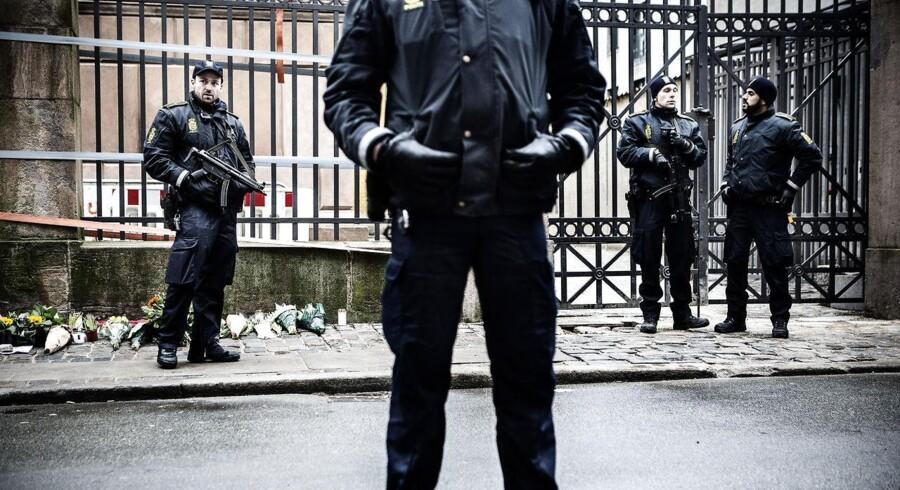 Betjente foran synagogen i Krystalgade i dagene efter angrebet.