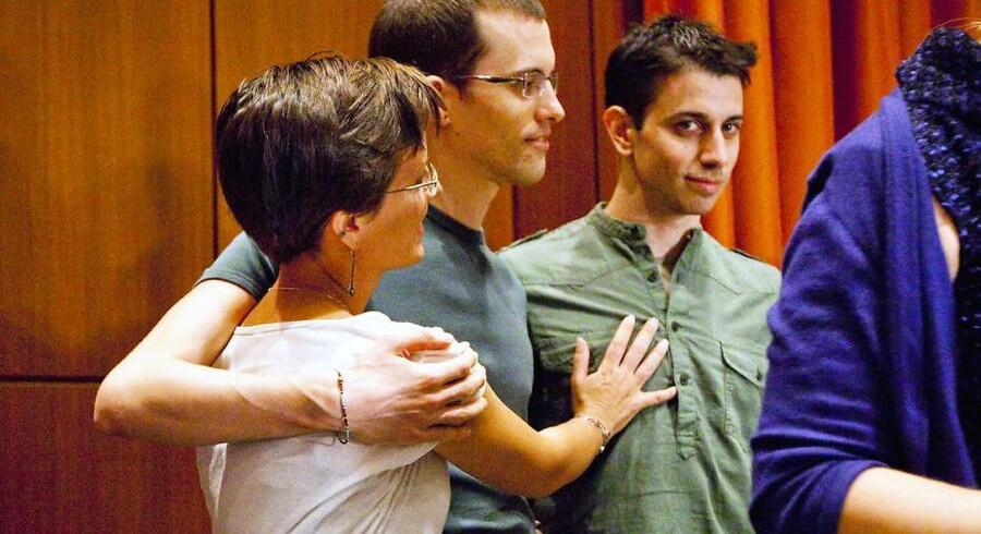 Søndag kom Shane Bauer (i midten) og Josh Fattal (th.) tilbage til USA efter 2 år i et iransk fængsel. Her blev de blandt andet modtaget af Bauers kæreste og rejsepartner Sarah Shourd (tv.).