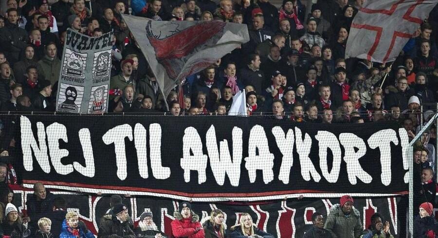 Det såkaldte Away-kort - eller Superliga Udekortet, som det officielt hedder - stod til at blive indført fra starten af næste sæson, men efter stort pres fra de danske fanklubber har Divisionsforeningen i første omgang valgt at udskyde planen i et halvt år.