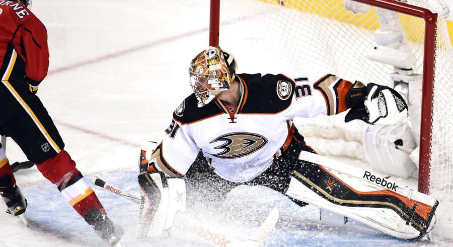 Frederik Andersen måtte slippe pucken ind i nettet fire gange mod Calgary Flames, og så sluttede sejrsrækken for Anaheim Ducks.