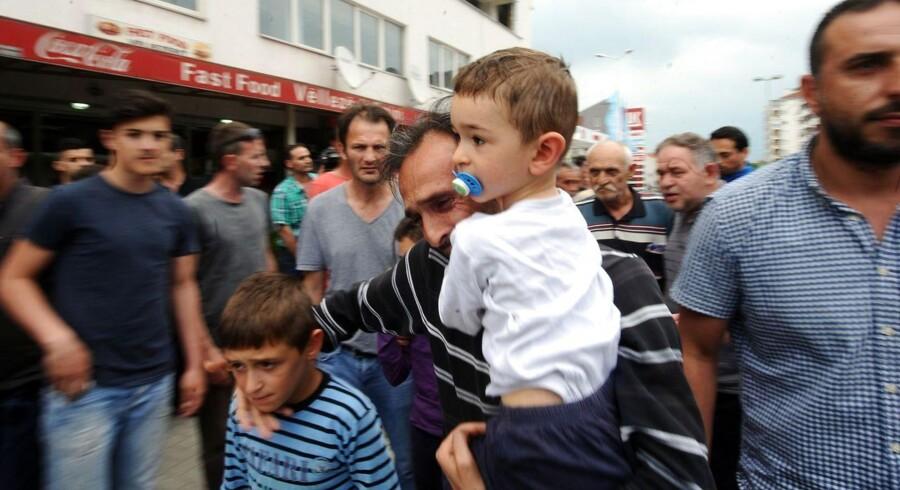 Makedonere forlod i går området nær byen Kumanovo, da der udbrød voldsomme kampe mellem politi og en væbnet gruppe.