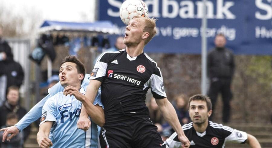 Kasper Pedersen dirigerer bolden videre foran SønderjyskEs Søren Mussmann