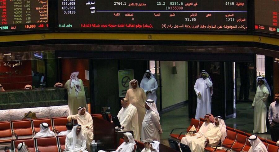 Arabiske banker ser en kæmpe udfordring i at tiltrække medarbejdere de kommende år. Her er det handlere på Børsen i Kuwait City. Arkivfoto.