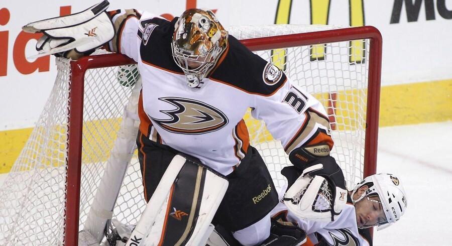 Anaheim Ducks' Simon Despres ryger ind i holdkammeraten Frederik Andersen i nattens kamp i Winnipeg.