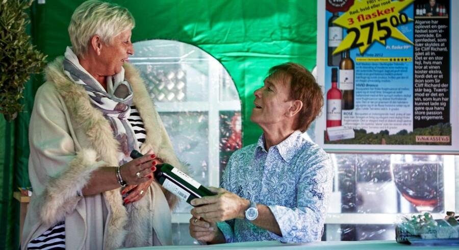 Cliff Richard i Meny (tidl. SuperBest) i Frederikssund for at signere flasker med hans egen vin fra Portugal.