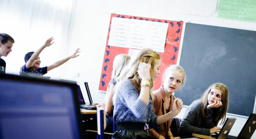 Vallerødskolen i Hørsholm er en af de skoler, der opnår flotte resultater. Det har krævet en målrettet indsats, som også mærkes i 8.C. Der er kommet flere elever i klasserne og via skolesammenlægninger er skolerne blevet større. Men samtidig står lærerne flere timer bag katederet, og det betyder mere undervisning for alle.
