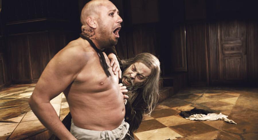 Søren Sætter-Lassen folder sin knivskarpe karakterkomik ud i »Den gerrige« på Det Kongelige Teater. Her med Peter Oliver Hansen.