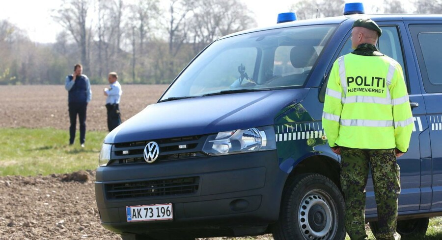 Politiet ved stedet i Herlufmagle onsdag d. 22 april 2015 hvor en død person blev fundet tidligere i dag. Politiets foreløbige undersøgelser viser, at manden var bagbundet på hænder og fødder.