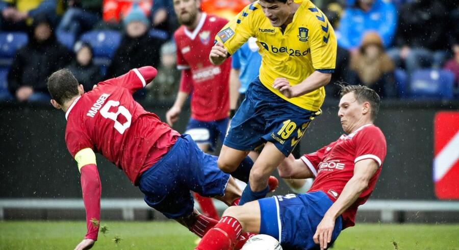 Superliga: Brøndbys Christian Nørgaard mellem Henrik Madsen og Eggert Gunnthor Jonsson