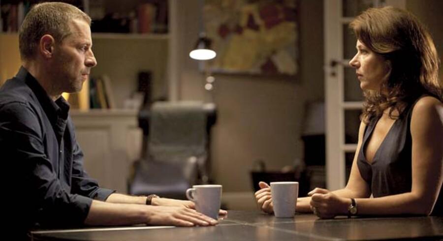Kærligheden mellem Philip (Mikael Birkkjær) og Birgitte Nyborg (Sidse Babett Knudsen) er kommet på en hård prøve. Nu prøver de at »arrangere« sig ud af problemerne, så pressen ikke får nys om deres kuldsejlede ægteskab.