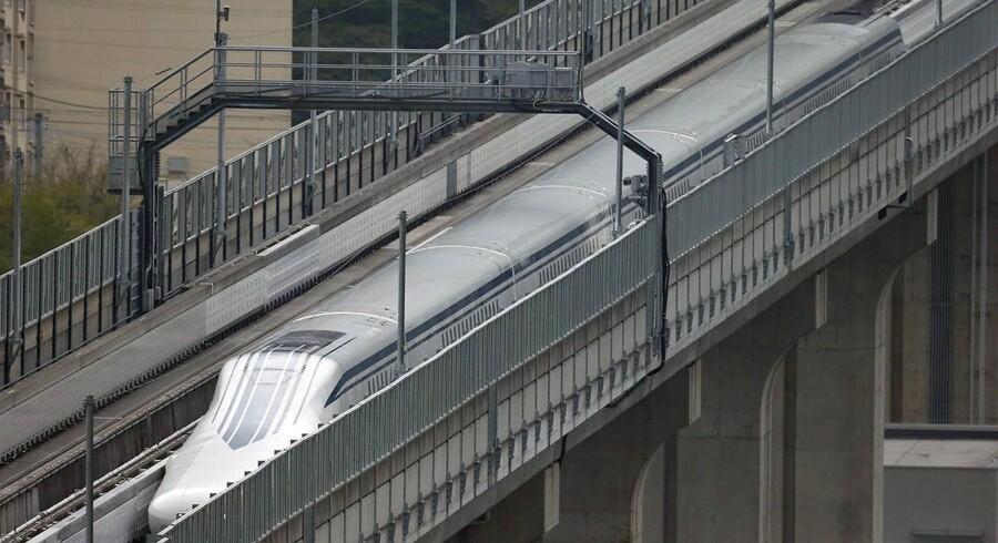 Et japansk magnettog har rundet 600 kilometer i timen. Toget skal kunne tilbagelægge strækningen mellem Tokyo og Nagoya, 280 kilometer, på under tre kvarter.