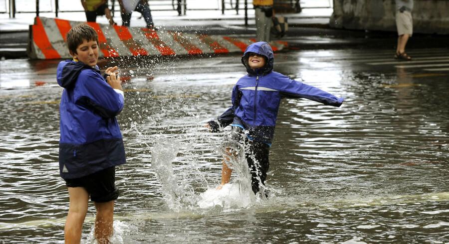 Børn leger i en oversvømmet gade på det sydlige Manhattan, efter den tropiske storm, Irene, havde passeret New York.