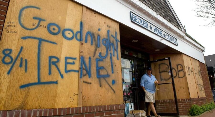 New Yorks indbyggere forskanser sig, før Irenes ankomst. Her knap 24 timer inden, orkanen forventes at brage ind over storbyen, er alt stille. 370.000 mennesker er evakueret.