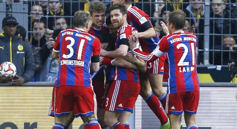 Robert Lewandowski blev omringet af holdkammerater efter sin 1-0-scoring mod Borussia Dortmund.