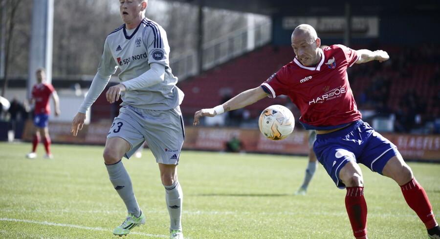 AaBs Nicolaj Thomsen skulle bruge hånden til hjælp, for at komme forbi Michael Lumb kort inden 1-0-målet.