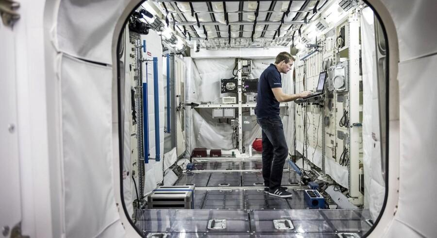 Det tekniske udstyr bliver tjekket grundigt igennem i ESAs astronauttræningscenter i Køln.