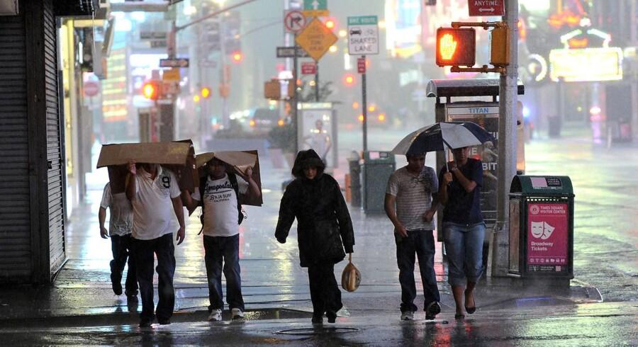 Orkanen Irene har ramt New York, men amerikanerne tager det pænt, fortæller Berlingskes journalist i byen.