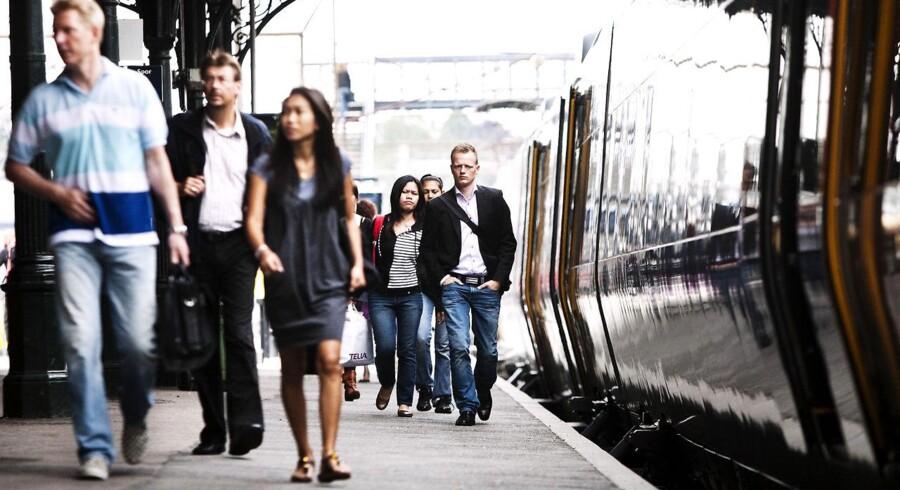Pendlerne her på kystbanen mellem København og Helsingør oplever allerede i dag overfyldte tog. Alligevel mener DSB, at de kan få plads til flere i togene. Mandag morgen skal de forklare transportministeren hvordan.