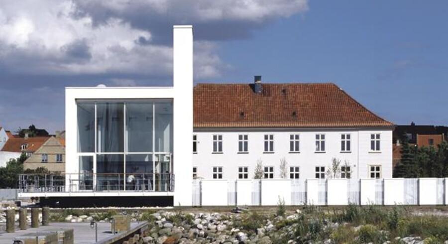 For 25 år siden flyttede Glasmuseet ind i en del af Ebeltofts tidligere toldbygning tegnet af den fine arkitekt Hack Kampmann, der også stod bag teaterbygningen i Aarhus og udvidelsen af Glyptoteket i København. For fem år siden blev museet udvidet med en tilbygning tegnet af 3xN.