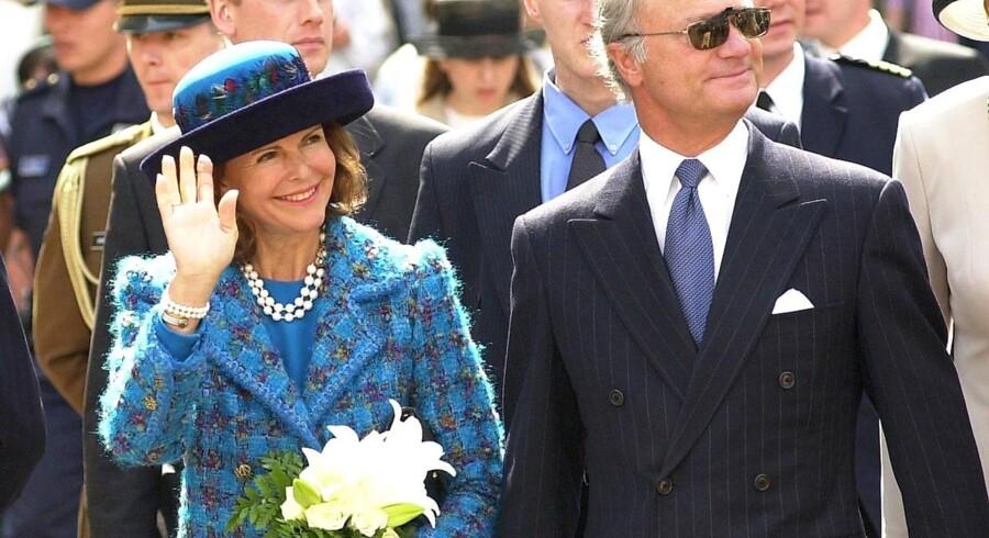 Kong Carl Gustav og dronning Sylvia på et anmeldt besøg i Vilnius i 2002.