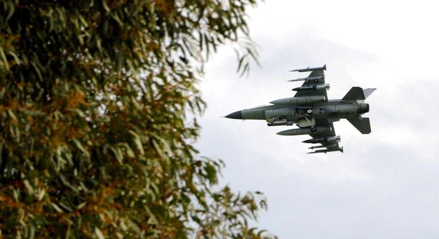 Et af de danske F-16 under landing på Sigonella-basen i Italien, hvorfra danskerne hidtil har bombet Gaddafis styrker.