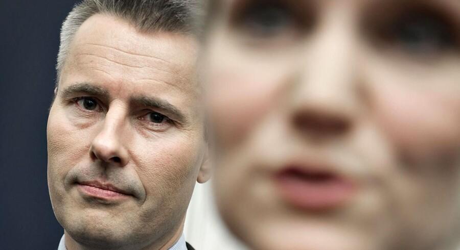 Socialdemokratiets Henrik Sass Larsen bag partiformand Helle Thorning-Schmidt.