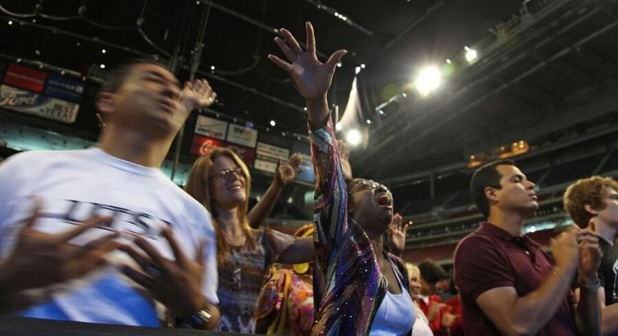 Selvom 30.000 mennesker var samlet til bøn, var det store Reliant-stadion under halvt fyldt.