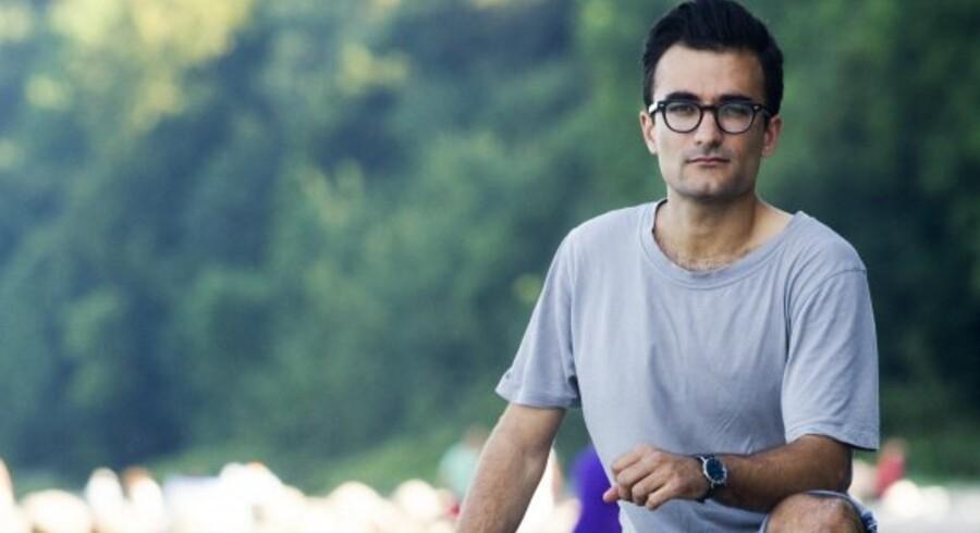 I dag sidder 28-årige Stefan Singh Kailay på stranden ved Aarhus. Anderledes var det sidste søndag, hvor han og hans familie blev stenet væk af en gruppe kronragede mænd, der heilede og råbte »Affe« – abe.