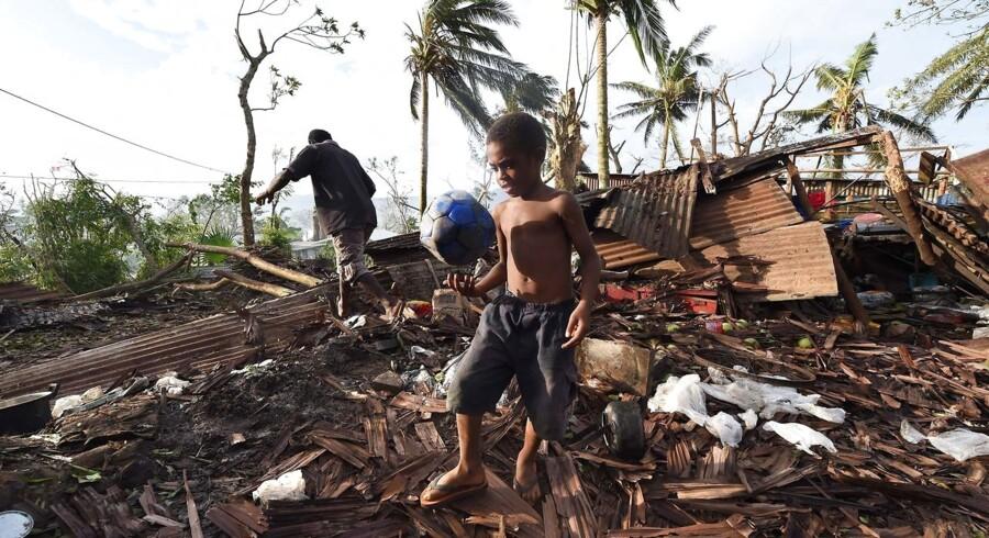 Internationale hjælpeorganisationer forbereder sig på akutte helikopterflyvninger til de mest fjerntliggende øer omkring stillehavs-øgruppen Vanuatu, som de frygter er blevet ødelagt af den voldsomme cyklon ved navn Pam, som fredag og lørdag huserede.Cyklonen har kostet mindst 24 mennesker livet, efterladt omkring 3.300 mennesker hjemløse og vasket utallige veje bort. Embedsmænd forventer, at det antal vil stige, når først de er i stand til at lande på det fjerntliggende øhav og kan syne skaderne der.