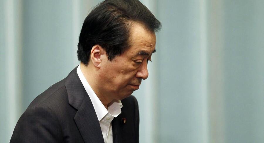 Japan premierminister Naoto Kan forlader sit pressemøde, mens kravet om hans afgang vokser. Onsdag fik han sin økonomi- og handelsminister til at fyre tre atom-chefer.