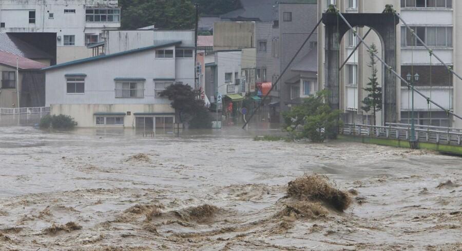 Sådan ser det ud ved floden Tadamigawa i Yanaizu, Fukushima, der er gået over sine breder. Y