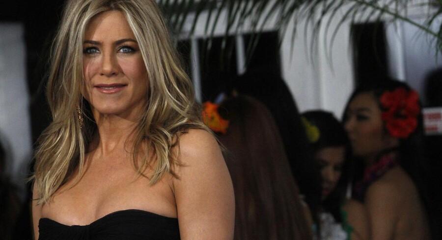 Jennifer Aniston har instrueret en ud af fem nye film om brystcancer, som er blevet indspillet af kvindelige instruktører og skuespillere i USA.
