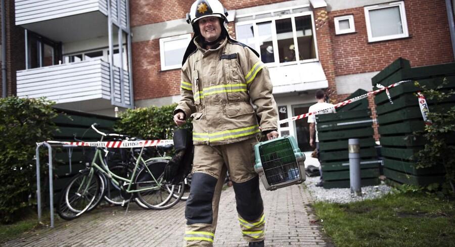 En brandmand fik smilene frem hos de evakuerede beboere i Ragnhildgade i dag.