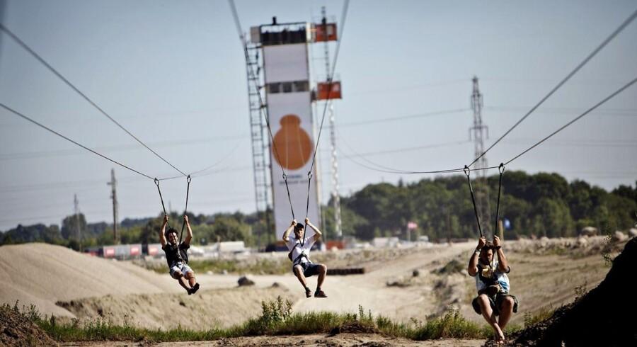ARKIVFOTO. Kvinden faldt 31 meter ned fra et tårn tilknyttet svævebanen på Roskilde Festival.