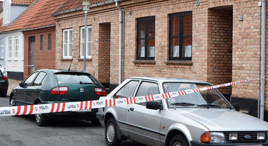 To dræbt og en såret ved skuddrama natten til tirsdag i Rønne på Bornholm. Politiet har afspærret og foretager tekniske undersøgelser på stedet.