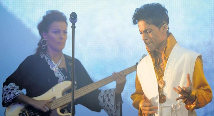 Prince på scenen i Parismed danske Ida Nielsen i baggrunden