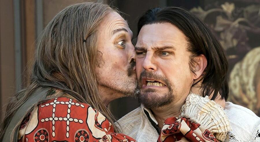 Lars Mikkelsen (t.v.) spiller rollen som den overgøglede og sceneliderlige Valère, mens Troels Lyby er teaterlederen Elomire.