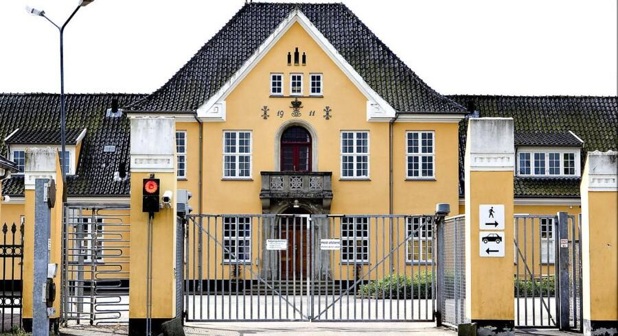 Tre uregerlige asylansøgere er blevet flyttet fra Dansk Røde Kors Center Sandholm til et luksussommerhus i Nordsjælland.