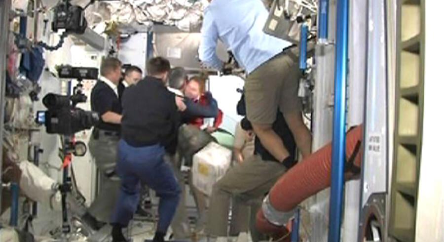 Atlantis-folkene hilser på kollegaerne fra ISS.