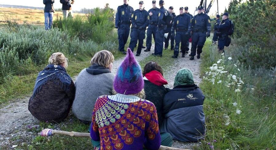 Politiet foretog tirsdag formiddag flere anholdelser i Østerild Klitplantage.