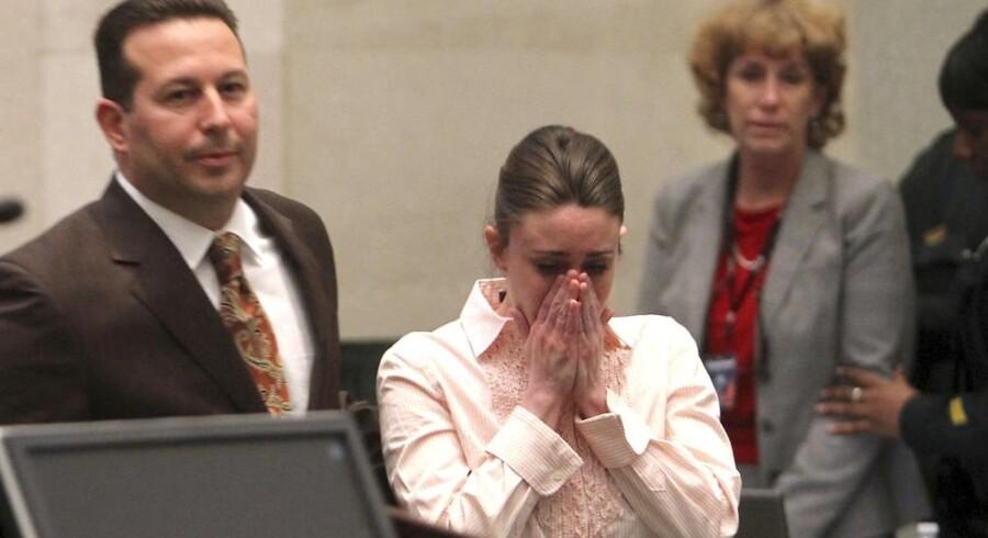Flankeret af sine forsvarer modtager Casey Anthony beskeden om, at hun er blevet frifundet for mord på sin datter.