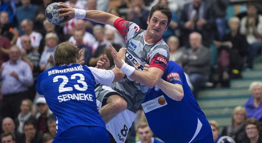 Bo Spellerberg brager igennem to svenske forsvarsspillere.