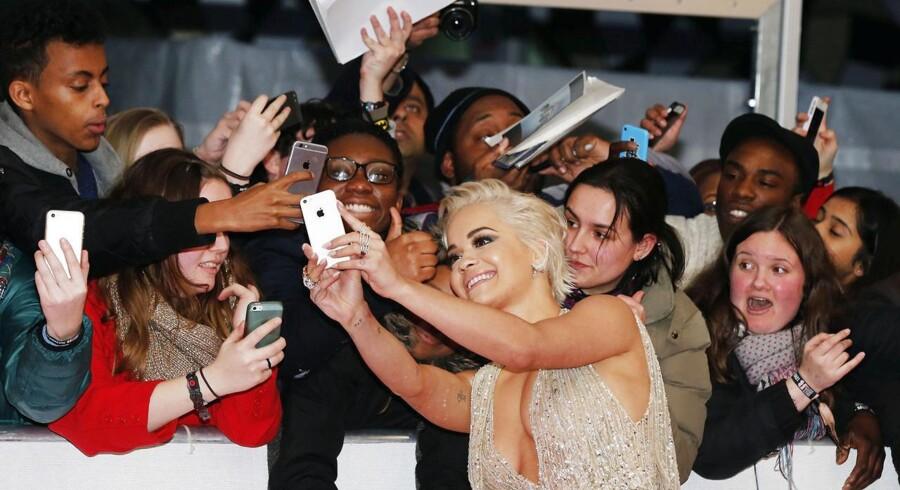 Ved onsdagens store Brit awards 2015, hædres årets bedste musikere og sangskrivere. Klik med her for at se billeder fra showet, den røde løber og de glade vindere. Sangerinden Rita Ora har tid til en selfie med begejstrede fans.