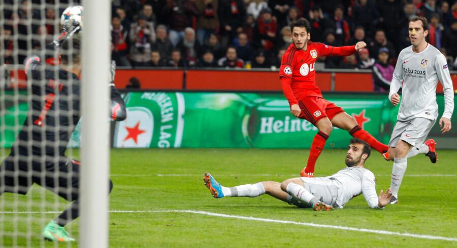 Hakan Calhanoglu scorer til 1-0 mod Atletico Madrid.