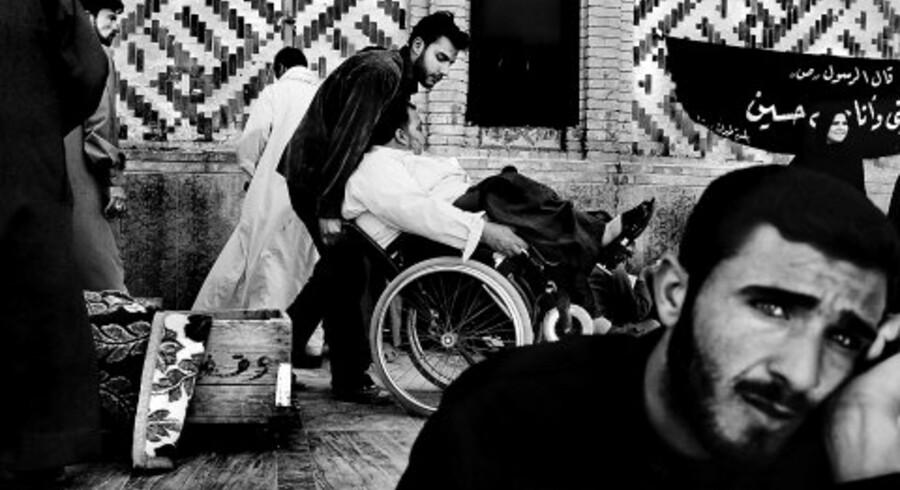 Berlingske Tidendes fotograf Claus Bjørn Larsen leverer i dag en stribe øjebliksbilleder fra det krigshærgede Irak. Hér fra en moske i byen Najaf, hvor kister med dræbte ankommer for at blive velsignet.