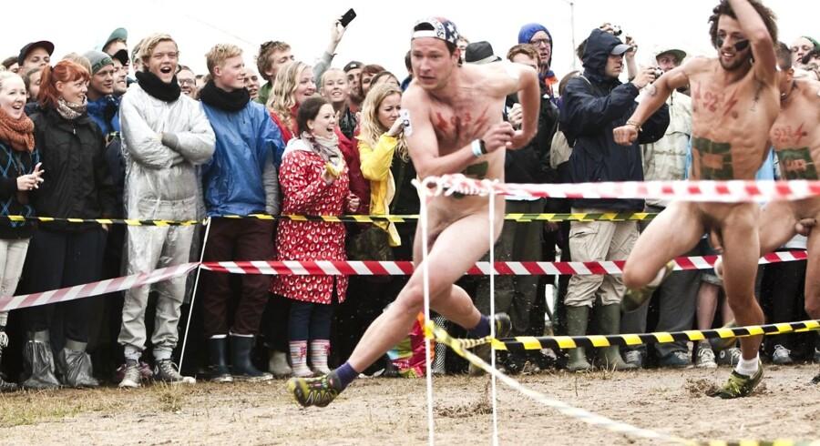 Det traditionsrige årlige nøgenløb fandt i dag sted på Roskilde Festival. Blandt mændene sluttede en gut ved navn Hans Christian som nummer et. Blandt pigerne var vinderen Lisa. Hun er 22, han er 25. De vandt billetten til næste års festival