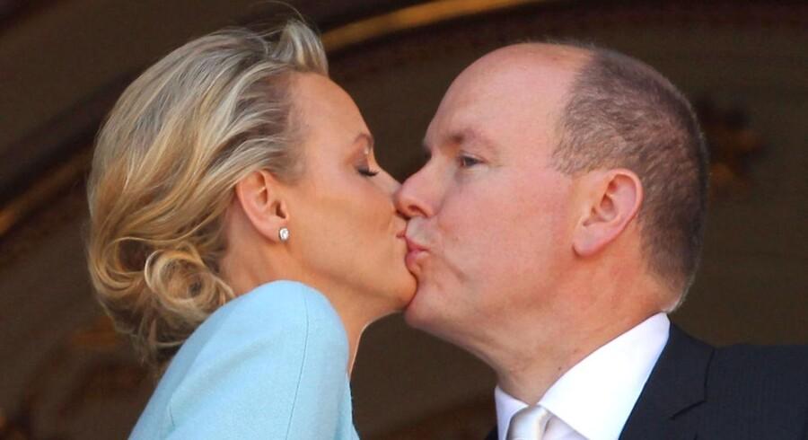 Fyrst Albert af Monaco er blevet gift med den 20 år yngre svømmepige Charlene Wittstock ved en borgerlig vielse i paladset. Efterfølgende modtog det nygifte par folkets hyldest på balkonen.