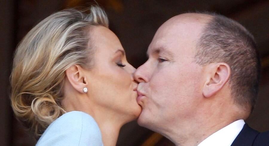 Sydafrikanske Charlene Wittstock er blevet gift med fyrst Albert II af Monaco og har nu titel af prinsesse af Monaco. Her kysser parret på balkonen efter vielsen.