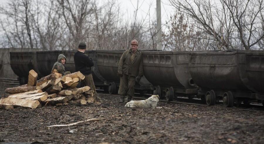 Minearbejdere står uden for Zasiadko-kulminen i Donetsk, hvor mindst 30 af deres kolleger er omkommet.