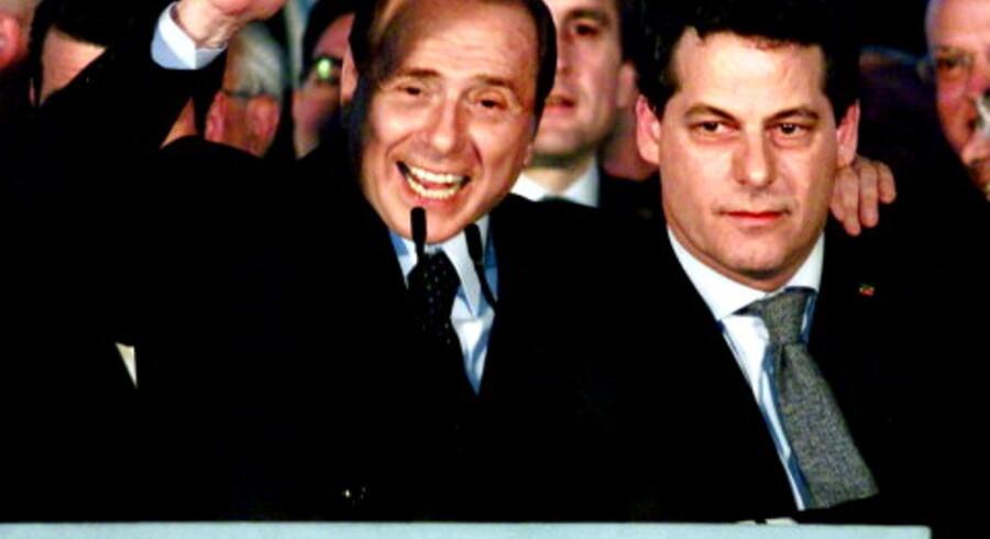 Silvio Berlusconi og finansminister Gianfranci Miccichè fotograferet i Palermo den 27. marts, hvor Forza Italias første valgsejr for ti år siden fejres. Foto: Alessandro Fucarini/AP/Polfoto<br>